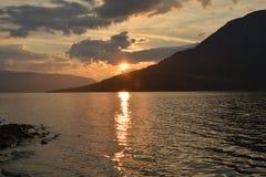 Το οροπέδιο Putorana, ηλιοβασίλεμα πέρα από τη λίμνη Nakomaken στοκ εικόνες