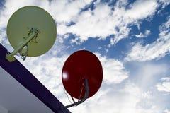 Το δορυφορικό πιάτο εγκαθιστά στη στέγη. Στοκ Εικόνες