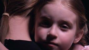 Το ορφανό αγκάλιασμα κοριτσιών ενθαρρύνει τη μητέρα, λίγο παιδί που χρειάζεται την οικογένεια, υποστήριξη απόθεμα βίντεο