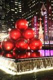 Το ορόσημο πόλεων της Νέας Υόρκης, ραδιο μέγαρο μουσικής πόλεων στο κέντρο Rockefeller διακόσμησε με τις διακοσμήσεις Χριστουγέννω Στοκ εικόνα με δικαίωμα ελεύθερης χρήσης