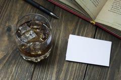 Το ουίσκυ και το κοκ, προώθησαν το βιβλίο και τις επαγγελματικές κάρτες Στοκ εικόνα με δικαίωμα ελεύθερης χρήσης