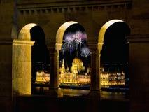 Το ουγγρικό Κοινοβούλιο μέσω του προμαχώνα Fishermans με τα πυροτεχνήματα Στοκ φωτογραφία με δικαίωμα ελεύθερης χρήσης