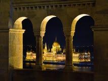 Το ουγγρικό Κοινοβούλιο μέσω του προμαχώνα Fishermans Στοκ εικόνα με δικαίωμα ελεύθερης χρήσης