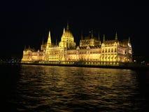 Το ουγγρικό Κοινοβούλιο που χτίζει τη νύχτα Στοκ Φωτογραφίες