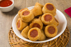 Το λουκάνικο τηγάνισε τα πρόχειρα φαγητά Βραζιλιάνα πρόχειρα φαγητά Στοκ εικόνα με δικαίωμα ελεύθερης χρήσης