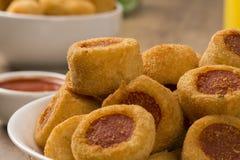 Το λουκάνικο τηγάνισε τα πρόχειρα φαγητά Βραζιλιάνα πρόχειρα φαγητά Στοκ εικόνες με δικαίωμα ελεύθερης χρήσης