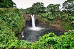 Το ουράνιο τόξο πέφτει κοντά σε Hilo, μεγάλο νησί της Χαβάης Στοκ Φωτογραφίες