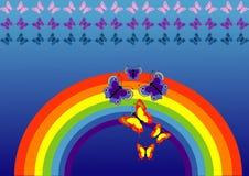 Το ουράνιο τόξο στον ουρανό και τις ζωηρόχρωμες πεταλούδες Στοκ Εικόνες