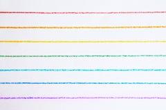 Το ουράνιο τόξο χρωμάτισε τις οριζόντιες γραμμές που σύρθηκαν με τα χρωματισμένα μολύβια στοκ εικόνες