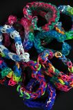 Το ουράνιο τόξο χρωματίζει τα βραχιόλια αργαλειών λαστιχένιων ζωνών Στοκ Φωτογραφίες
