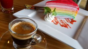 Το ουράνιο τόξο Crepe το κέικ με τη μαρμελάδα φραουλών και τον καφέ espresso Στοκ Εικόνα