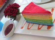 Το ουράνιο τόξο crepe το κέικ με τη μαρμελάδα φραουλών Στοκ Εικόνα