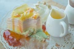 Το ουράνιο τόξο Crepe το κέικ στο mable πίνακα Στοκ Εικόνες