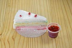 Το ουράνιο τόξο crepe το κέικ Στοκ εικόνες με δικαίωμα ελεύθερης χρήσης