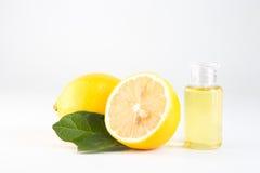 Το ουσιαστικό έλαιο λεμονιών και τα φρούτα λεμονιών απομονώνουν στο άσπρο υπόβαθρο Στοκ φωτογραφία με δικαίωμα ελεύθερης χρήσης