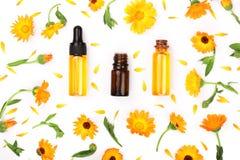 Το ουσιαστικό πετρέλαιο Aromatherapy με marigold τα λουλούδια απομόνωσε το άσπρο υπόβαθρο Στοκ εικόνες με δικαίωμα ελεύθερης χρήσης