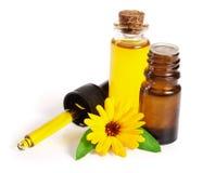 Το ουσιαστικό πετρέλαιο Aromatherapy με marigold τα λουλούδια απομόνωσε το άσπρο υπόβαθρο Στοκ φωτογραφίες με δικαίωμα ελεύθερης χρήσης