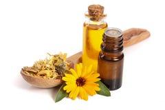 Το ουσιαστικό πετρέλαιο Aromatherapy με marigold τα λουλούδια απομόνωσε το άσπρο υπόβαθρο Στοκ Εικόνες