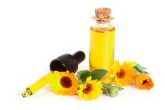 Το ουσιαστικό πετρέλαιο Aromatherapy με marigold τα λουλούδια απομόνωσε το άσπρο υπόβαθρο Στοκ φωτογραφία με δικαίωμα ελεύθερης χρήσης