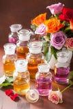 Το ουσιαστικό πετρέλαιο και αυξήθηκε aromatherapy αρωματοποιία SPA λουλουδιών Στοκ Εικόνες