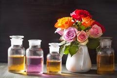 Το ουσιαστικό πετρέλαιο και αυξήθηκε aromatherapy αρωματοποιία SPA λουλουδιών Στοκ φωτογραφίες με δικαίωμα ελεύθερης χρήσης