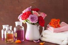 Το ουσιαστικό πετρέλαιο και αυξήθηκε aromatherapy αρωματοποιία SPA λουλουδιών Στοκ Φωτογραφίες