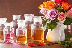 Το ουσιαστικό πετρέλαιο και αυξήθηκε aromatherapy αρωματοποιία SPA λουλουδιών Στοκ φωτογραφία με δικαίωμα ελεύθερης χρήσης