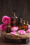 Το ουσιαστικό πετρέλαιο και αυξήθηκε aromatherapy αρωματοποιία SPA λουλουδιών Στοκ Φωτογραφία