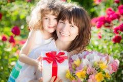 το λουλούδι ημέρας δίνει το γιο μητέρων mum στοκ εικόνες