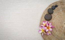 Το λουλούδι Plumeria και η στρογγυλή πέτρα στον ινδικό κάλαμο προσπαθούν Στοκ εικόνες με δικαίωμα ελεύθερης χρήσης