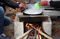 Το δοχείο βράζει στην πυρκαγιά Στοκ φωτογραφίες με δικαίωμα ελεύθερης χρήσης