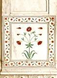 το οχυρό λουλουδιών λεπτομέρειας στηλών ενέθεσε το μαρμάρινο κόκκινο Στοκ Εικόνα