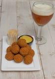 Το ολλανδικό πρόχειρο φαγητό με την μπύρα Στοκ Εικόνες