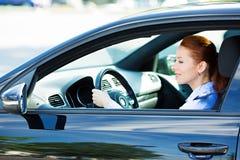 Το οδηγώντας αυτοκίνητο γυναικών, ακολουθεί τους κανόνες κυκλοφορίας, προφυλάξεις Στοκ εικόνα με δικαίωμα ελεύθερης χρήσης