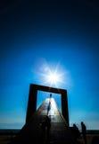 Το οδικό άγαλμα που πηγαίνει στον ουρανό και τη σκιαγραφία ανθρώπων Στοκ Εικόνες