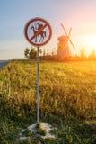 Το οδικό σημάδι απαγορεύει φορά Δον Κιχώτης στοκ εικόνες με δικαίωμα ελεύθερης χρήσης