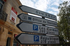 Το οδικό σημάδι στην πόλη Montignac της κοιλάδας Dordogne, η Γαλλία Στοκ Εικόνα