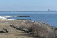 Το πάρκο και η παραλία προκύπτουν όπως η ομίχλη υποχωρεί από Fairhaven, ακτή της Μασαχουσέτης στοκ εικόνα