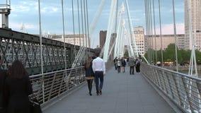 Το πέρασμα πεζών σε Hungerford γεφυρώνει τις χρυσές γέφυρες Λονδίνο UK ιωβηλαίου φιλμ μικρού μήκους