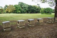 Το πέτρινο κάθισμα στο πάρκο αισθάνεται ελεύθερο και ειρηνικά Στοκ εικόνες με δικαίωμα ελεύθερης χρήσης