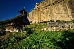 Το πέτρινο μοναστήρι κορακιών (Corbii de piatra) και η ξύλινη εκκλησία από Corbi, νομός Arges, Ρουμανία Στοκ Φωτογραφίες