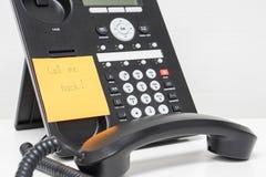 Το πίσω μήνυμα Alling στην κολλώδη σημείωση συνδέεται με το τηλέφωνο IP Στοκ Εικόνα
