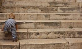 το πίσω παιδί αναρριχείται & Στοκ Φωτογραφίες