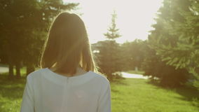 το πίσω ψαλίδισμα ανασκόπησης πνίγει την εικόνα χεριών περιλαμβάνει το μονοπάτι απομακρύνει τη γυναίκα όψης