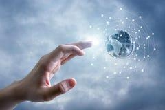 Το παγκόσμιο δίκτυο και το χέρι στοκ εικόνες