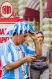 Το Παγκόσμιο Κύπελλο της FIFA του 2018 Αργεντινός ανεμιστήρας στη ριγωτή άσπρος-μπλε μπλούζα στα χρώματα της σημαίας της Αργεντιν Στοκ φωτογραφίες με δικαίωμα ελεύθερης χρήσης