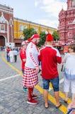 Το Παγκόσμιο Κύπελλο της FIFA του 2018 Δανικοί ανεμιστήρες στο κόκκινο squareasbourg στο κόκκινο τετράγωνο Στοκ Φωτογραφίες