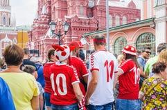 Το Παγκόσμιο Κύπελλο της FIFA του 2018 Δανικοί ανεμιστήρες στο κόκκινο squareasbourg στο κόκκινο τετράγωνο Στοκ φωτογραφία με δικαίωμα ελεύθερης χρήσης