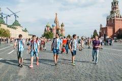 Το Παγκόσμιο Κύπελλο της FIFA του 2018 Οι αργεντινοί ανεμιστήρες στις ριγωτές άσπρος-μπλε μπλούζες στα χρώματα της σημαίας της Αρ Στοκ Φωτογραφία