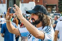 Το Παγκόσμιο Κύπελλο της FIFA του 2018 Ο αργεντινός ανεμιστήρας στις ριγωτές άσπρος-μπλε μπλούζες στα χρώματα της σημαίας της Αργ Στοκ φωτογραφία με δικαίωμα ελεύθερης χρήσης